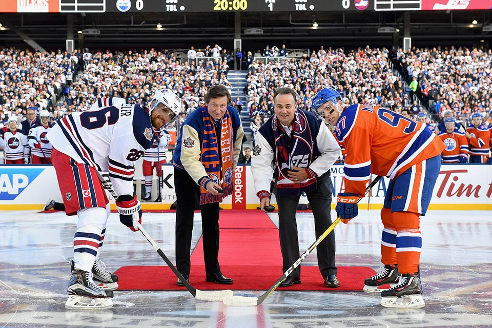 Eröffnungsbully beim Heritage Classic mit Wayne Gretzky and Dale Hawerchuk.