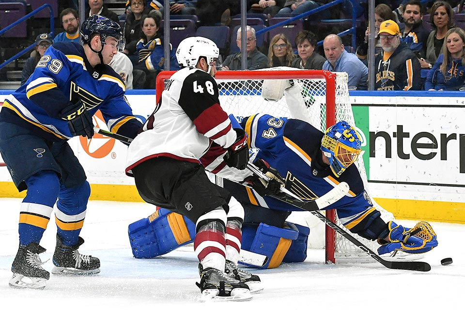 Blues Goalie Jake Allen hat den Puck vor Arizonas Jordan Martinook.