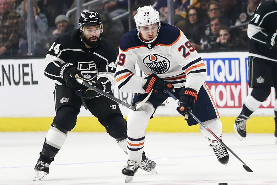 Edmontons Leon Draisaitl (29) vor Nate Thompson von den Los Angeles Kings.