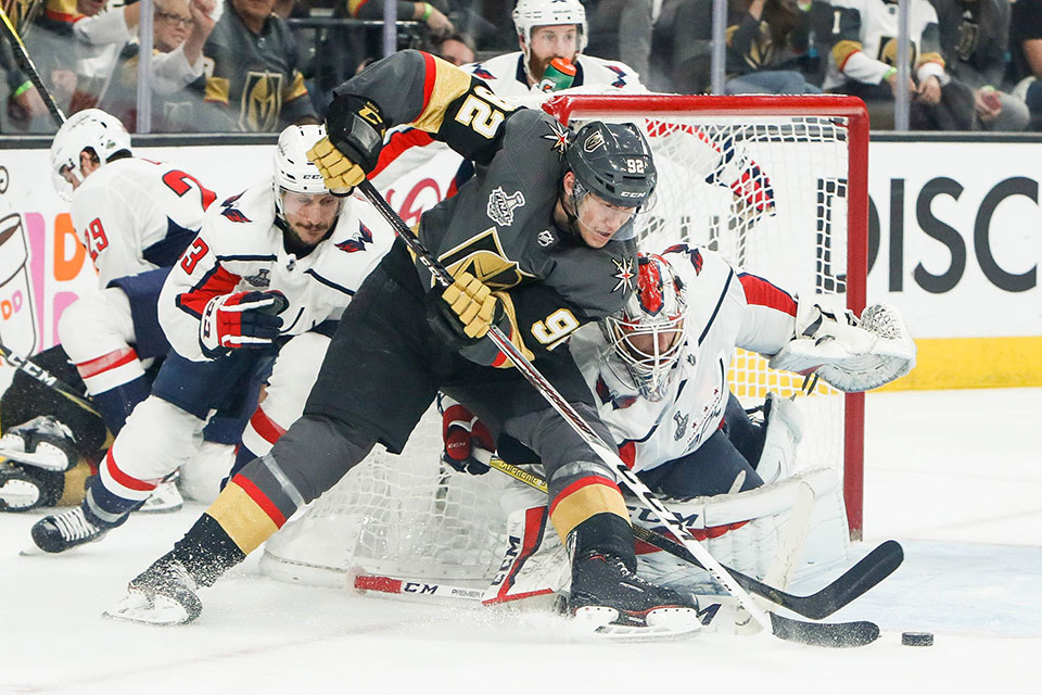 Tomas Nosek (Vegas Golden Knights) gegen Torwart Braden Holtby (Washington Capitals).
