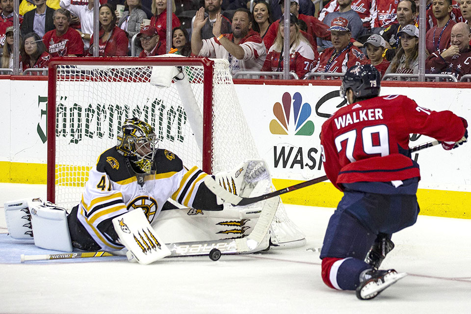 Washingtons Nathan Walker gegen Bostons Torwart Tuukka Rask.
