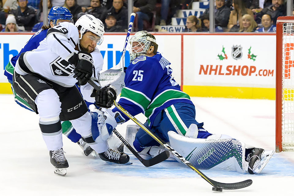 Alex Iafallo (Los Angeles Kings) gegen Jacob Markstrom im Tor der Vancouver Canucks.