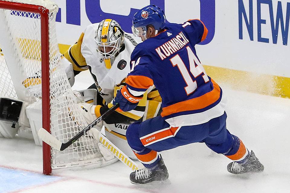 New Yorks Tom Kühnachkl gegen Pittsburghs Torwart Matt Murray.