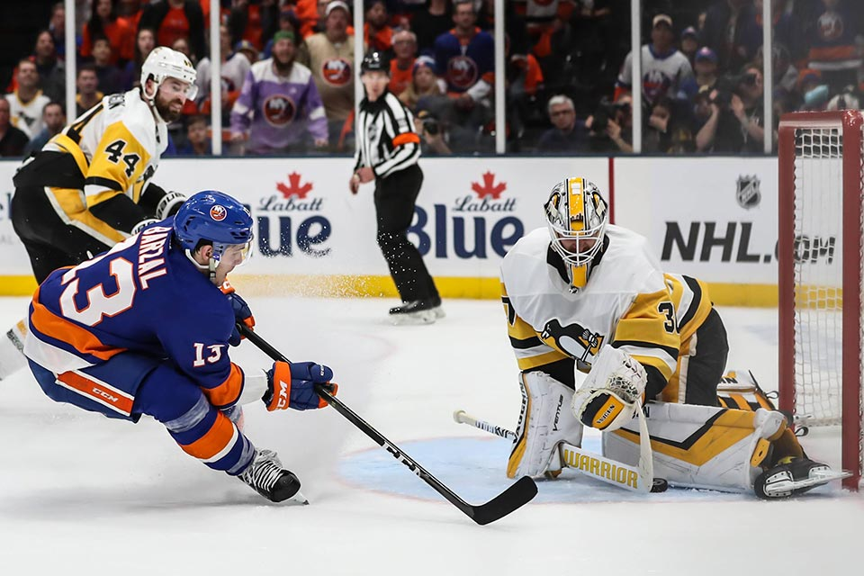 Mathew Barzal (New York) scheitert an Matt Murray (Pittsburgh).