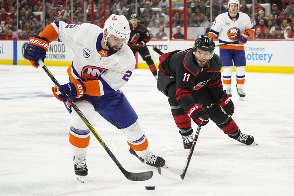 Nick Leddyn (New York) gegen Jordan Staal (Carolina).