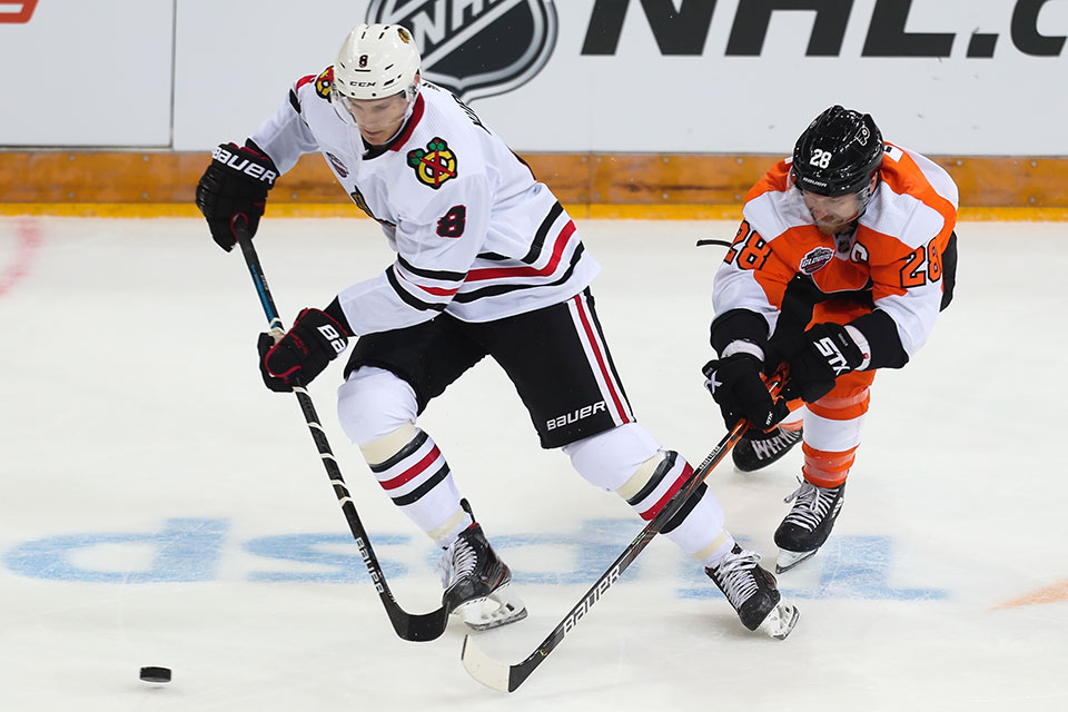 Dominik Kubalik (Chicago Blackhawks) gegen Claude Giroux (Philadelphia Flyers).